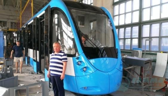 """Автори тюнінгу """"Бентлі"""" та """"Феррарі"""" створили український трамвай"""