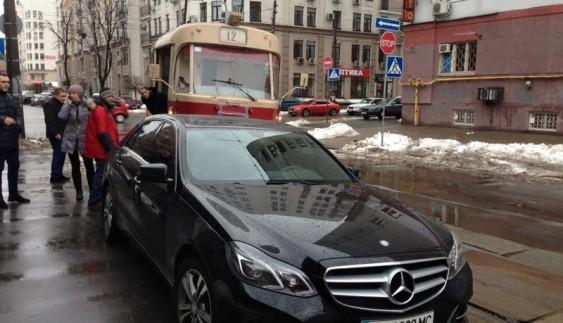 """Зустрічайте """"героя"""": водій Mercedes-Benz заблокував трамвай"""