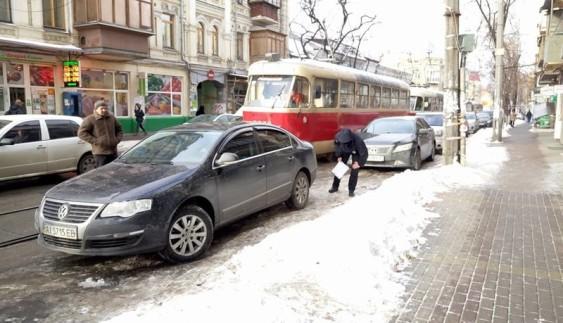 """Зустрічайте """"героя"""": водій своїм паркуванням перекрив дорогу трамваям і сотням авто"""