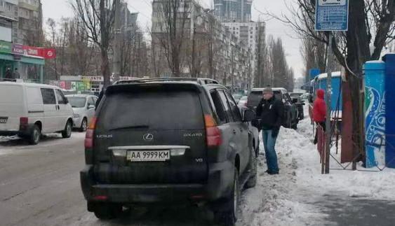 Чергового «героя парковки» провчили розбитим склом