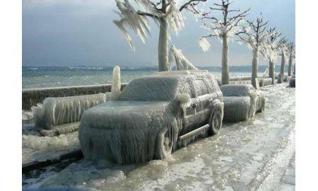 Як нещадний мороз перетворив авто в брилу льоду (відео)