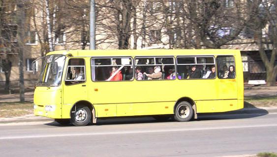 У Івано-Франківську, поки водій купував каву, маршрутка з пасажирами покотилася