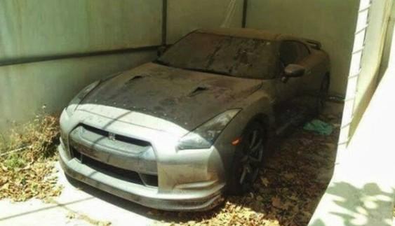Покинутий розкішний Nissan GT-R в Дубаї (відео)