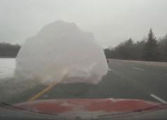 Поучительно: глыба льда отлетела от внедорожника и повредила другое авто