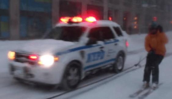 Вражаюче: сноубордист на вулиці Нью-Йорка обігнав поліцейський автомобіль (відео)
