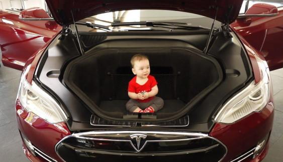 Українці знайшли двигун внутрішнього згоряння в електромобілі Tesla