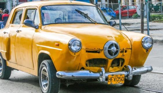 Старовинні авто на вулицях Гавани