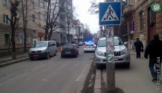Через неправильне паркування автохам ледь не позбувся автомобіля (фото)