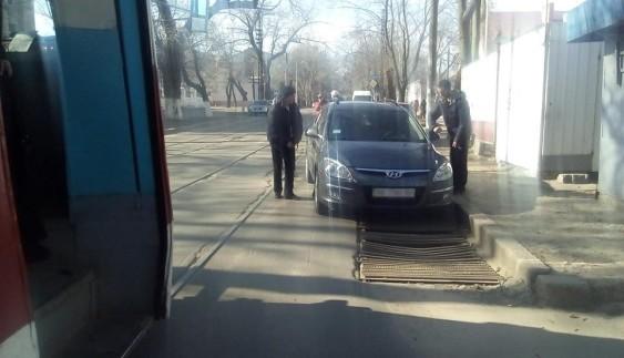 """Пасажири трамвая перенесли Hyundai """"автохама"""" з колії (ФОТО)"""