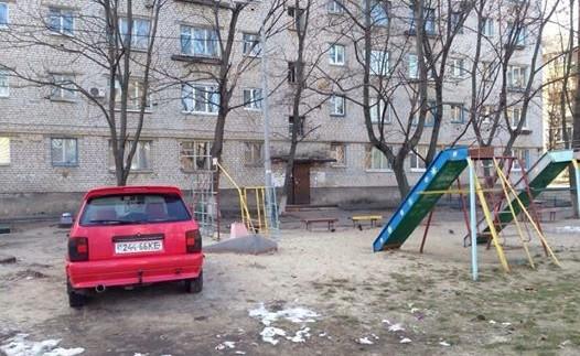 """Як дитина: """"герой парковки"""" зупинився на дитячому майданчику"""