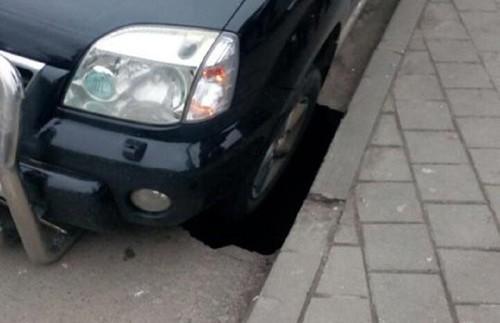 Українські дороги: під колесом автомобіля провалився асфальт