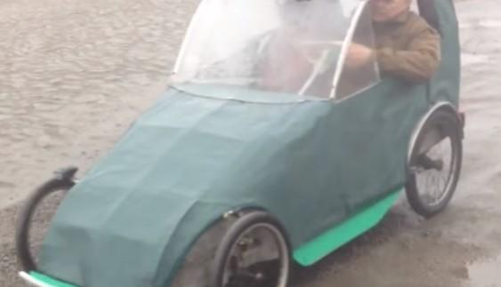 У Вільнянську чоловік з брезенту і коліс зібрав диво-машину
