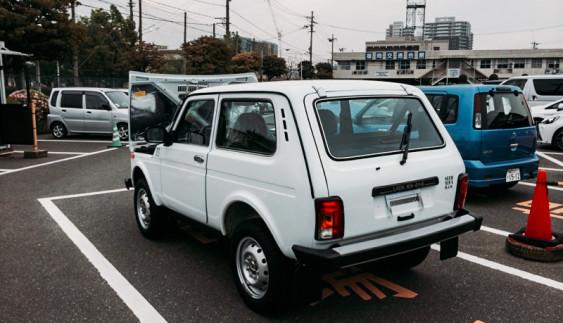 Картина маслом: ВАЗ «Нива» на парковці в … Японії