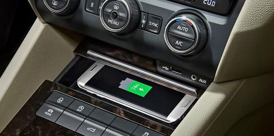 Skoda Superb і Octavia отримають бездротову зарядку смартфонів