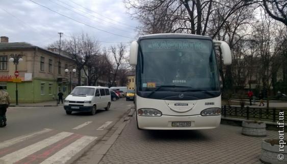 Пік нахабства: водій запаркував автобус на тротуарі (фото)