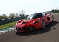 Як паркувальник впорався з дорогим Ferrari на дуже тісній парковці (Відео)
