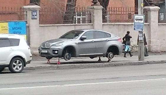 У Києві посеред білого дня зняли колеса з BMW X6 (ФОТО)