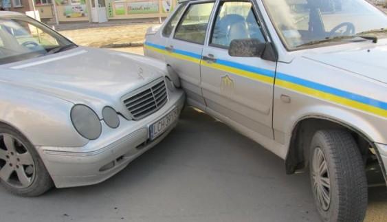 І таке буває: п'яний водій врізався у авто поліцейських