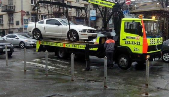 Можна спостерігати вічно: як евакуювали спорткар у Києві