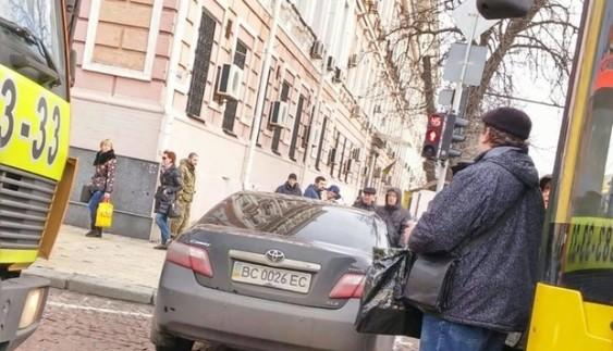 Відійшов на хвилиночку: герой парковки заблокував проїзд у центрі Києва