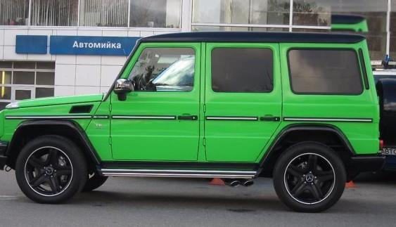 Брутальний гламур: в Києві засвітився ексклюзивний Mercedes «кубик» кислотного кольору