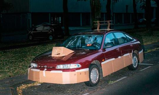 Маніяк ночами обклеює машини картоном і фотографує їх