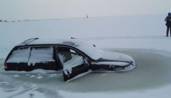 """""""Карма в дії"""": автомобілі """"автохамів"""" провалилися під лід"""