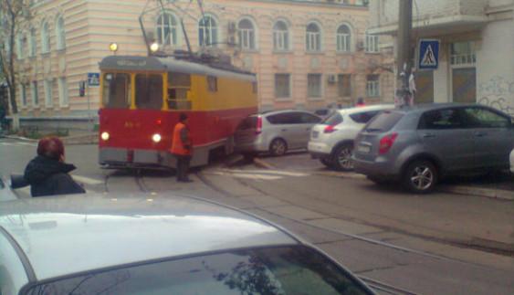 У Києві водій-дегенерат перекрив рух трамваїв (ФОТО)