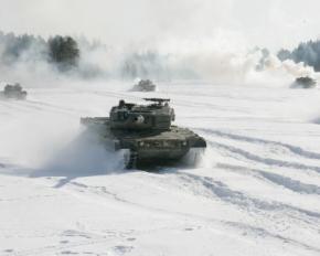 Військові влаштували дрифт по снігу на танках