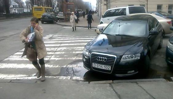 """Водій машини посольства Польщі став """"героєм парковки"""" (ФОТО)"""