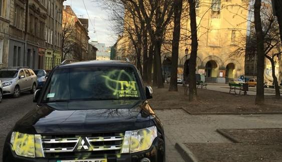 Пік терпіння: в Україні понищили дорогий джип за нахабне паркування (ФОТО)