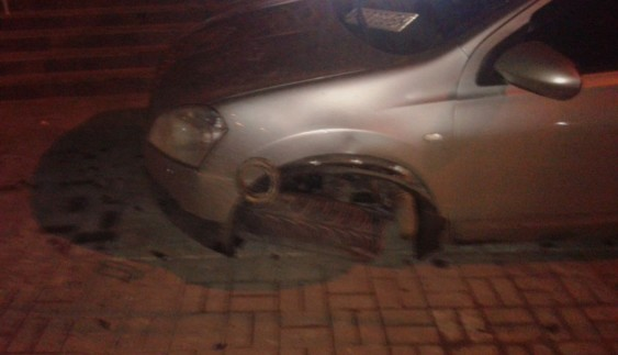 Водій позашляховика так припаркувався, що зламав колесо (фото)