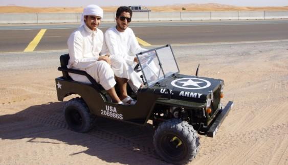 Бензиновий міні-джип Willys в еміратській пустелі