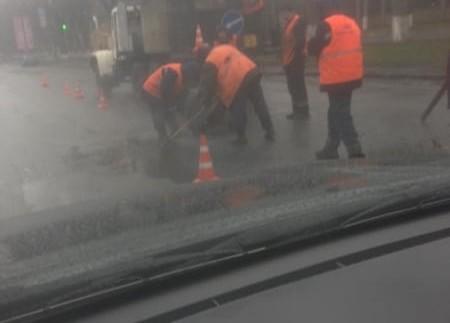 """""""Хай буде дощ!"""": в Мережі показали ремонт доріг по-українськи"""