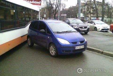 """""""Автохам"""" паралізував рух тролейбусів (ФОТО)"""