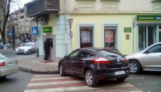 Авторагуль припаркувався на пішохідному переході  у центрі міста (ФОТО)