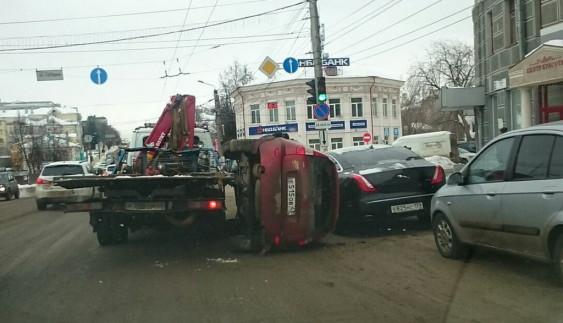 І таке буває: евакуатор кинув автомобіль прямо на Jaguar