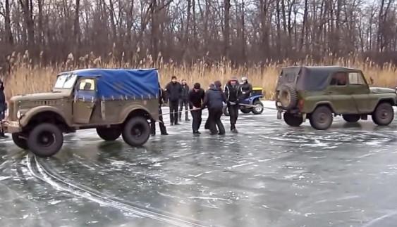 «ГАЗик» проти «УАЗика»: хто перетягне канат на льоду? (відео)