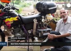Коли бензин дорогий: водій заправляє свій мотоцикл звичайною водою