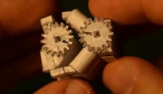 Як працює двигун V8 розміром з сірникову коробку? (відео)
