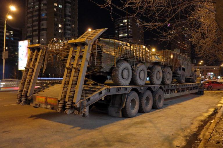 kakie-avtomobili-vozyat-bronetekhniku-v-ukraine_1