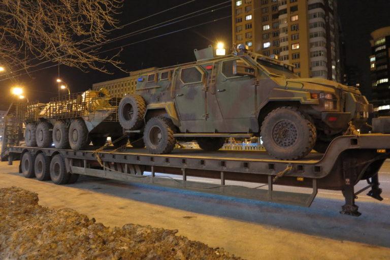 kakie-avtomobili-vozyat-bronetekhniku-v-ukraine_3