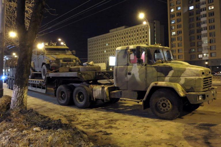 kakie-avtomobili-vozyat-bronetekhniku-v-ukraine_4