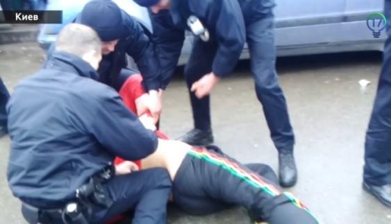 Патрульна поліція поклала обличчям в асфальт водія-порушника з АТО (Відео)
