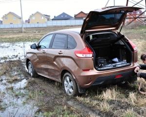 Lada XRAY на бездоріжжі зупинила мокра трава (ВІДЕО)