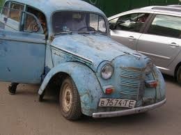 Комунальники збирають старі авто по всьому Києву