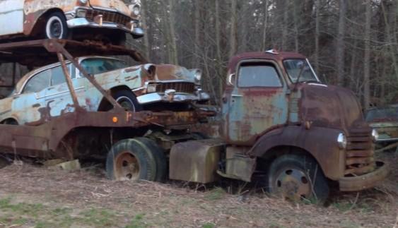 Автовоз з класичними Chevy знайшли покинутими у лісі