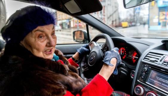 На заздрість українцям: польська пенсіонерка купила собі спорткар