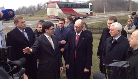 На Прикарпатті Пивоварський показав Яценюку відремонтовану дорогу