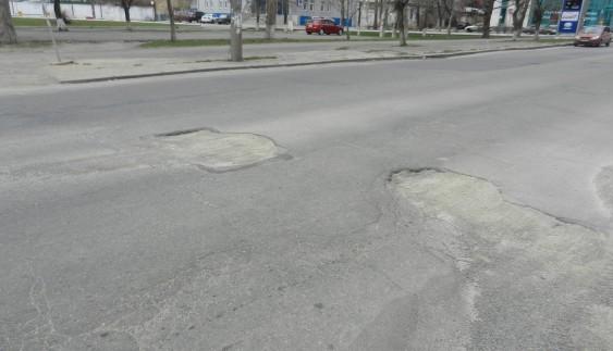 Якість доріг України продовжує вражати: покладений асфальт провалився під землю